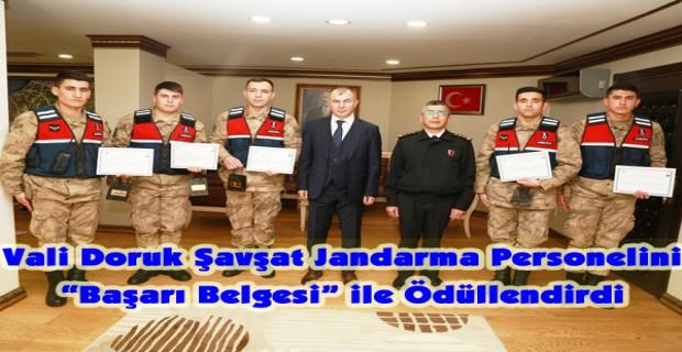 """Vali Doruk Şavşat Jandarma Personelini """"Başarı Belgesi"""" ile Ödüllendirdi"""